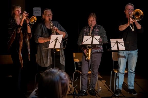 Muziekvereniging Waterland speelt samen met Cyrelle Faile de DWDN Tune, een compositie van Zoli Soos (Muziekstraat)